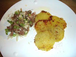 Rindfleischsalat mit gebratenen Kartoffelknödelscheiben