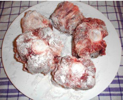 Ochsenschwanzstücke, mit Mehl bestäubt