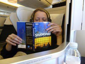 Mit Reiseführer im Flugzeug