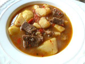 Gulasch mit Kartoffeln, Tomaten und roter Paprika