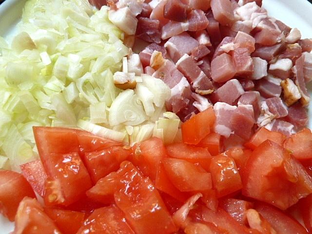 Zwiebeln, Speck und Tomaten