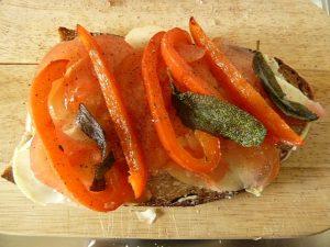 Scamorza, Tomate, Paprika und Salbei