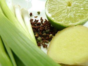 Stangenknoblauch, Sechuanpfeffer, Limette und Ingwer