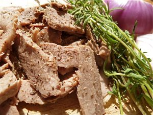 Rindfleisch, Bohnenkraut und blaue Zwiebeln