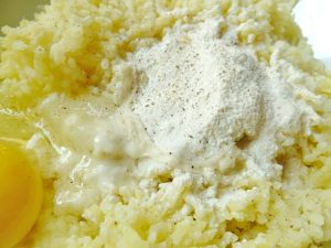 Eier, Mehl und gepresste Kartoffeln