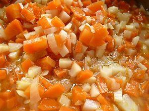 Zwiebeln und Wurzelgemüse anschwitzen und aufgiessen