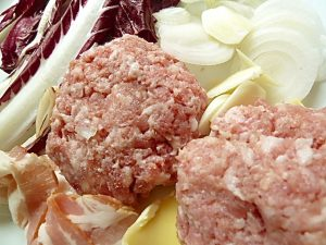 Sasiccia-Pattie, Radicchio, Knoblauch, Zwiebel, Tomate, Bacon