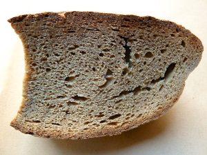 Ca. 300 Gramm Schwarzbrot