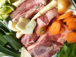 Suppenfleisch, Knochen und Suppengrün