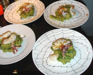 Guacamole mit gebratenen Tintenfisch