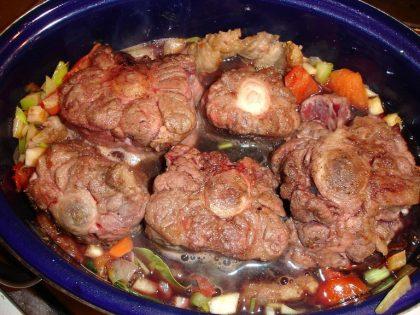 Ochsenschwanzstücke, mit Röstgemüse und Rotwein begossen