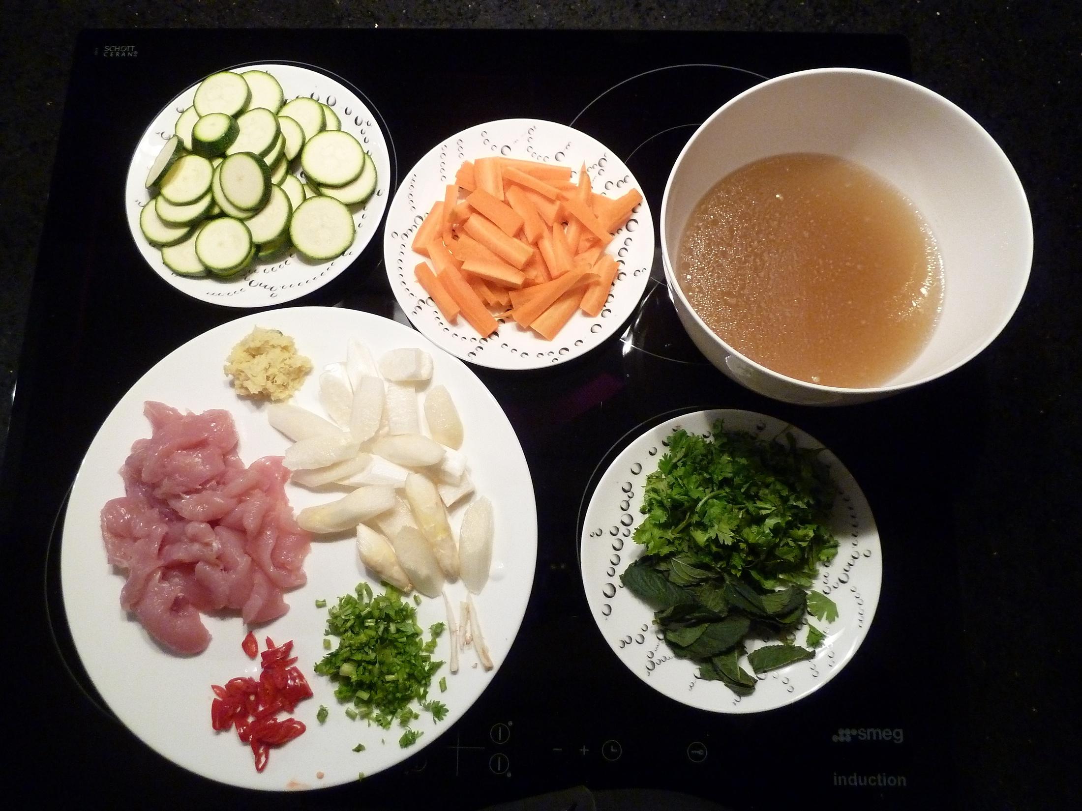 Zutaten und abgesiebte Suppe
