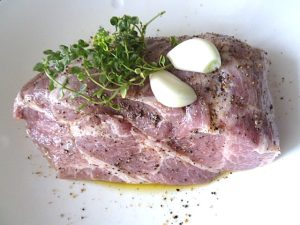 Schweinenacken in Thymianöl mit Zitronenthymian und Knoblauch