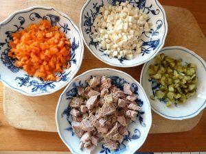 Karotten, Sellerie, Essiggurke und Fleisch vom Bürgermeisterstück gewürfelt