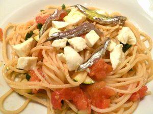 Spaghetti mit Gemüse, Mozzarella und selbst eingelegten Sardellen