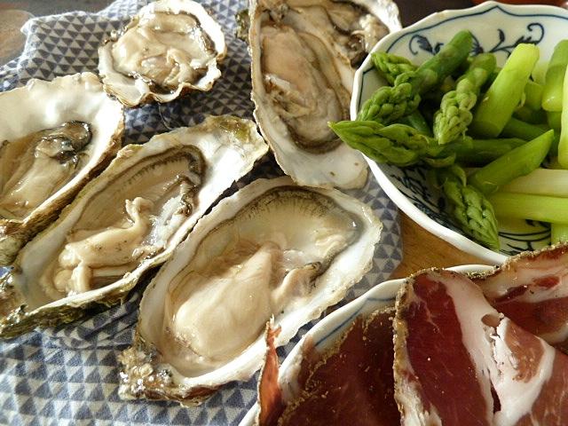 Austern, Coppa und gekochter Spargel