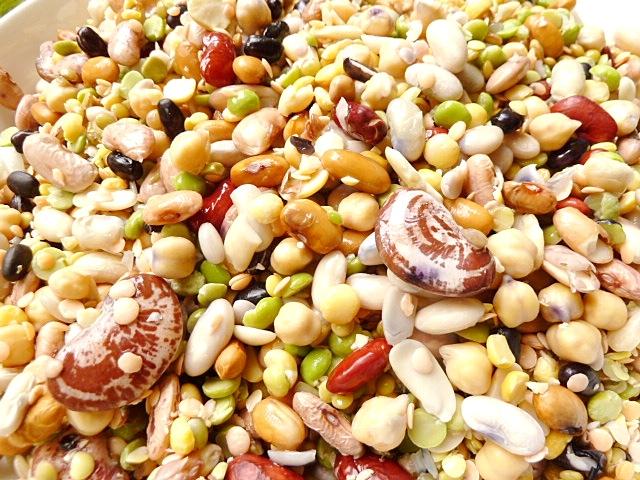Bunter Hülsenfrüchteeintopf mit Gemüse, Wiener Würstchen und frischen Liebstöckel
