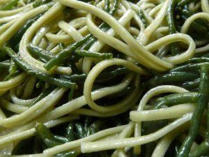Grüne Teenudeln und Salicornes mischen