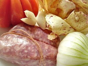 Salsiccia, Ochsenherztomate, Castelfranco, Zwiebel und Knoblauch