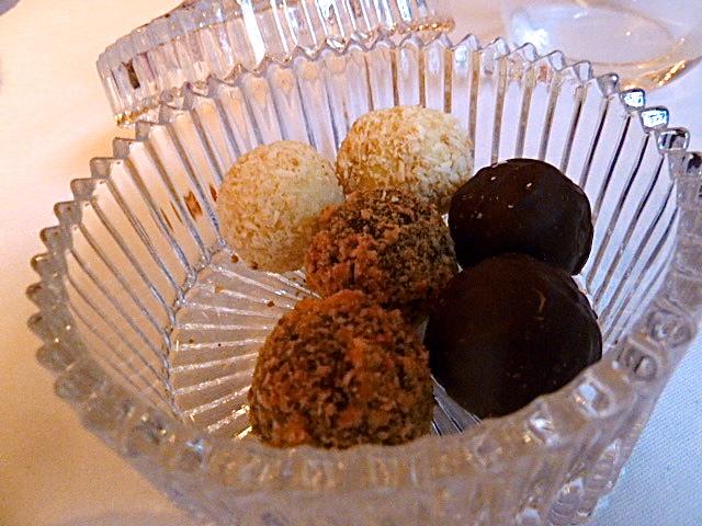 und Pralinenauswahl: Erdnuss-Krokant, Kokostrüffel und dunkle Schokolade