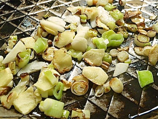 Ingwer, Frühlingszwiebeln und Knoblauch anbraten
