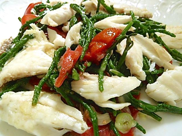 Salat von Salicornes, Tomaten und Wolfsbarschfilet