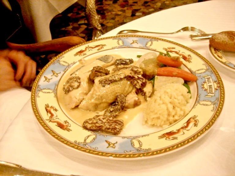 das Huhn aus der Schweineblase auf dem Teller